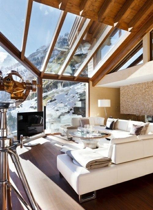 chalet bois toit verre vitre montagne vue canape lounge telescope
