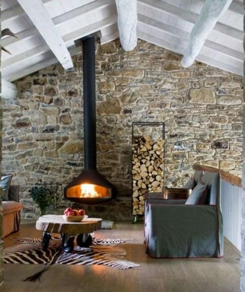 chalet cheminee foyer feu toit rondin bois tronc blanc mur pierre