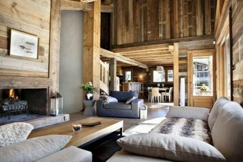 chalet interieur bois double hauteur cheminee divan planche