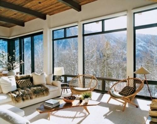 chalet interieur chaise moderne poutre acier vue fenetre baie vitre séjour