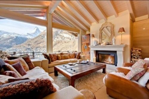 chalet interieur montagne retro volige chevron bois canape fauteuil miroir cheminee manteau