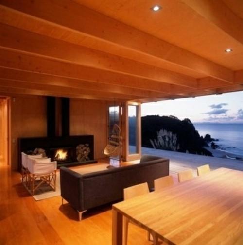 chalet interieur poutres montagne cheminee ouverture fenetre toute hauteur bois canape séjour
