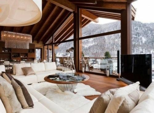 chalet ouvert lustre table bling kitsch construction poteau poutre toit toiture bois exterieur paysage montagne