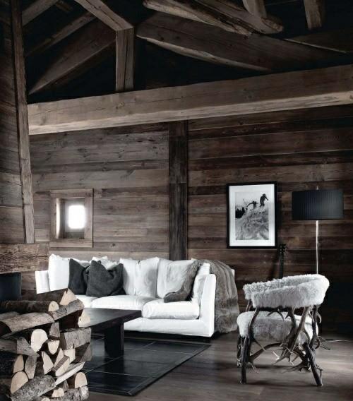 sejour chalet bois poutre ferme divan fauteuil buche cheminee