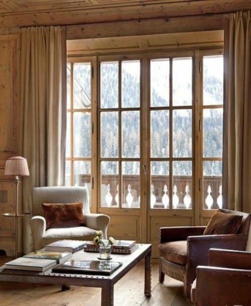 sejour chalet fenetre meneau balustrade bois boiserie panneau table fauteuil interieur