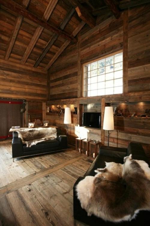 sejour chalet plafond haut fauteuil divan p eau animal fenetre grille-bois