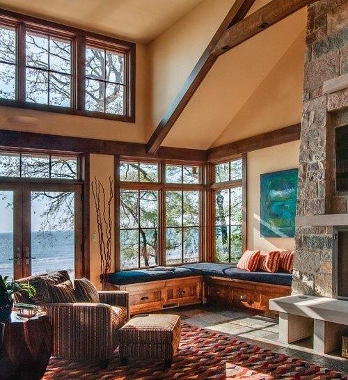 sejour-chalet-toitpente plafond fenetre vue paysage montagne cheminee foyer pierre