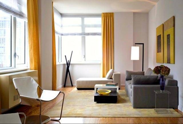 Salon En Style Minimaliste Rideaux Jaunes Tapis De Sol Blanc Et Jaune  Tableaux Jaunes Canapé Gris