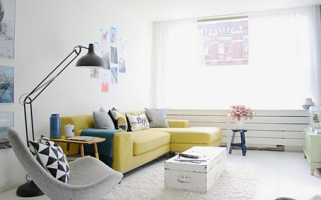 interieur piece canape jaune lampadaire lumineux