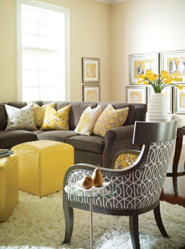 beau salon design avec ottomanes coussins jaunes