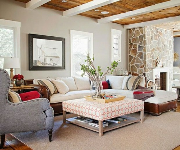 beau salon matériaux variés plafond bois cheminée pierre