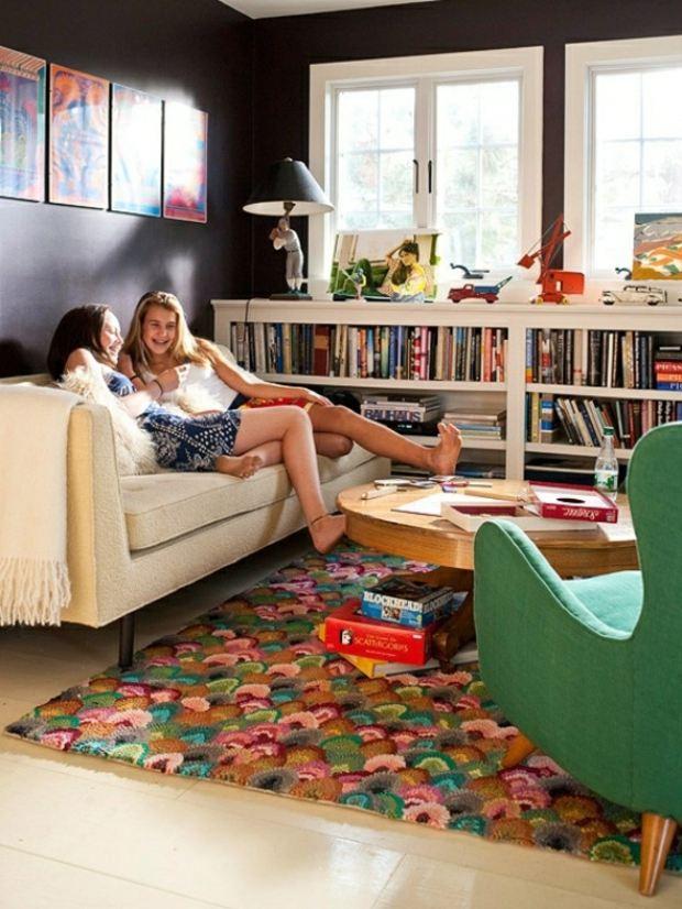 coin détente jovial tapis coloré meuble bibliothèque