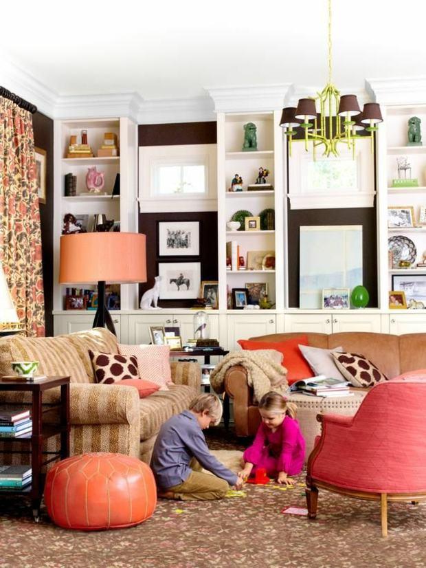déco salon riche en couleurs vives accents oranges