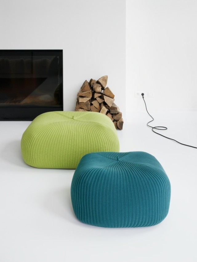 idee deco coin cheminée tabourets