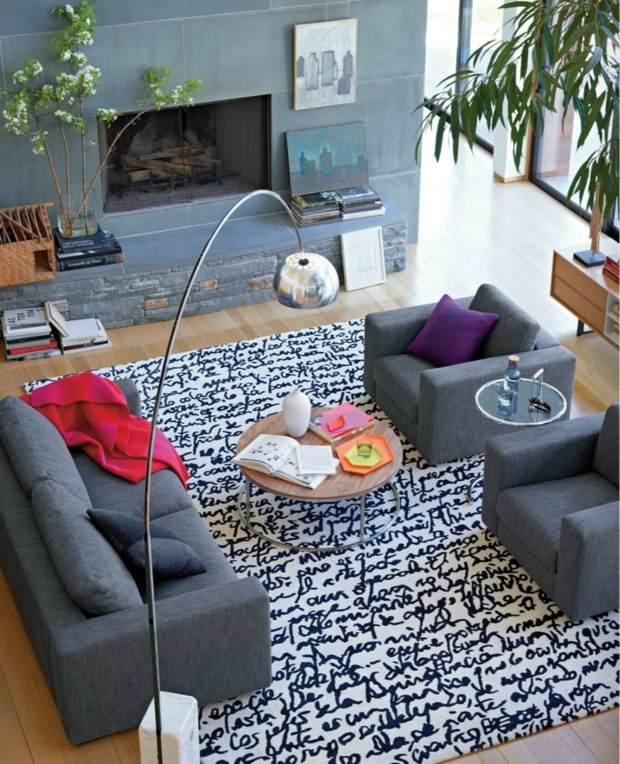 lampe design surplombe coin détente avec tapis original