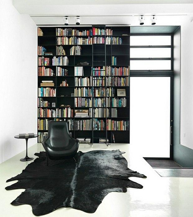 noir blanc interieur design bibliotheque peau vache
