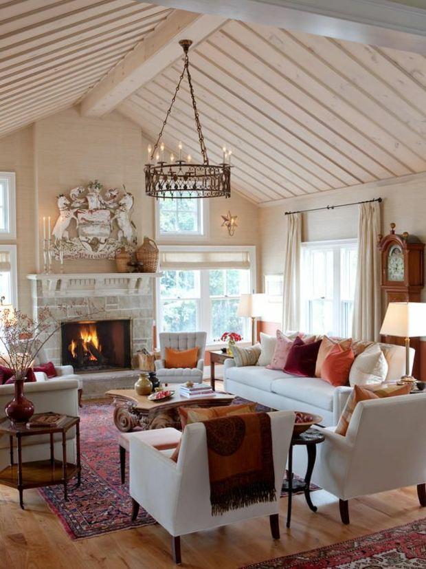 vaste salon éclectique surplombé toit à deux-pans