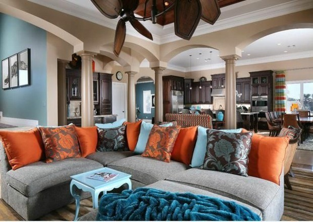 vaste salon cuisine open space fauteuil multicolore