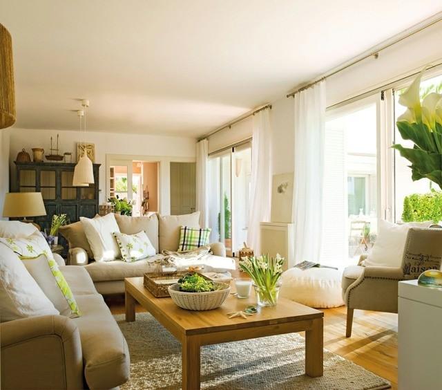 table-basse-en-bois-plus-meubles-beiges-couleurs-chaudes