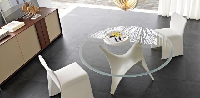 double-table-basse-en-verre-chaises-blanches