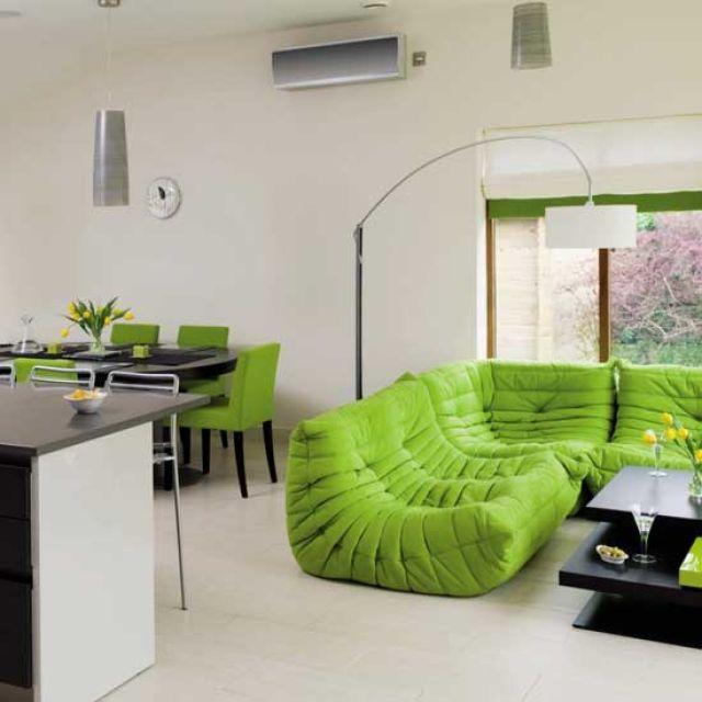 salle-séjour-couleurs-fraîches-canapé-chaises-vert-murs-lampe-blanc idées salle de séjour