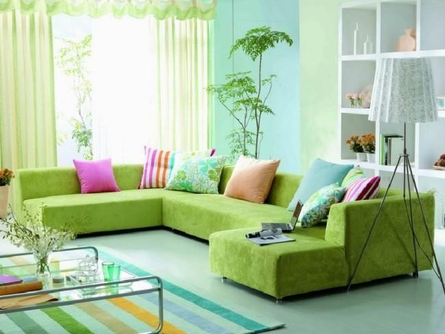 salle-séjour-couleurs-fraîches-canapé-vert-coussins-bariolés-tapis-rayures idées salle de séjour