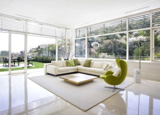 salle-séjour-couleurs-fraîches-intérieur-blanc-fauteuil-vert-clair-coussins-verts idées salle de séjour