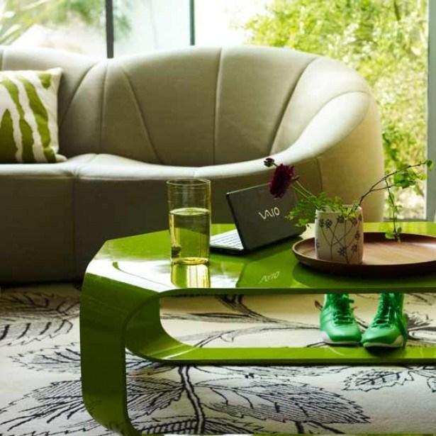 salle-séjour-couleurs-fraîches-table-basse-café-verte-canapé-blanc-tapis-motifs idées salle de séjour