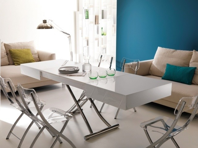table-basse-relevable-idee-originale-couleur-blanche-chaises-transparentes
