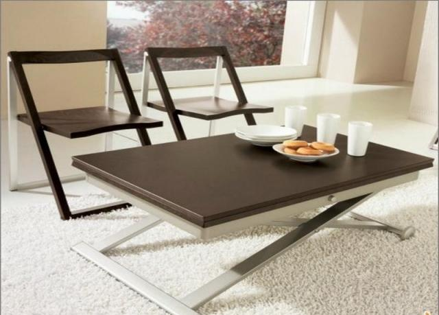 table-basse-relevable-idee-originale-couleur-marron-salon