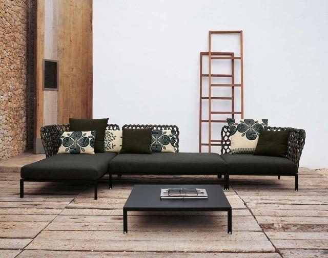 petite-table-salon-basse-noire-carrée-canapé-moderne-noir