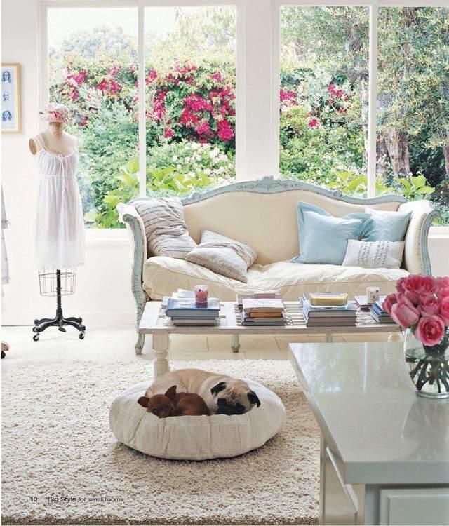 petite-table-salon-blanche-rectangulaire-canapé-classique table de salon