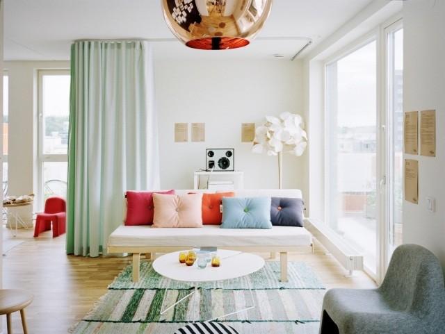 petite-table-salon-ronde-élégante-blanche-canapé-bois-coussins-multicolores