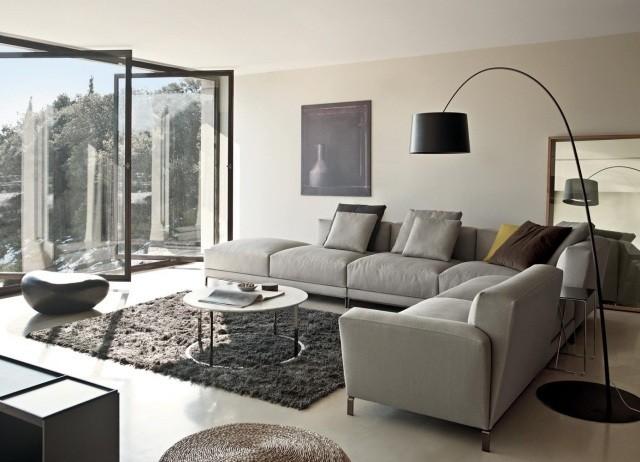 petite-table-salon-ronde-blanche-tapis-gris-canapé-angle-gris-clair table de salon
