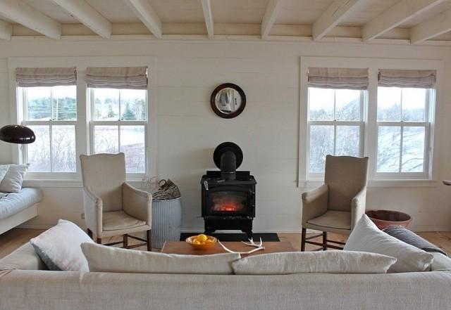 déco-salon-rustique-blanc-poêle-noire-mobilier-blanc-plafond-poutres-blanches déco salon rustique
