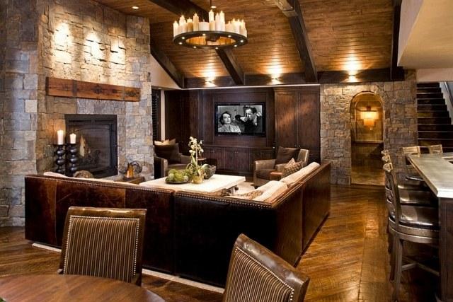 déco-salon-rustique-lustre-rond-fer-forgé-bougies-blanches-canapé-cuir-marron-cheminée-pierre-parement déco salon rustique