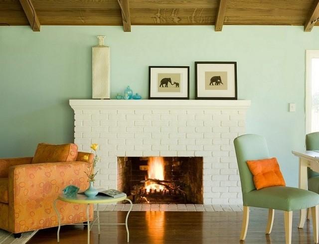 déco-salon-rustique-murs-bleu-pâle-accents-orange-chaud-cheminée déco salon rustique