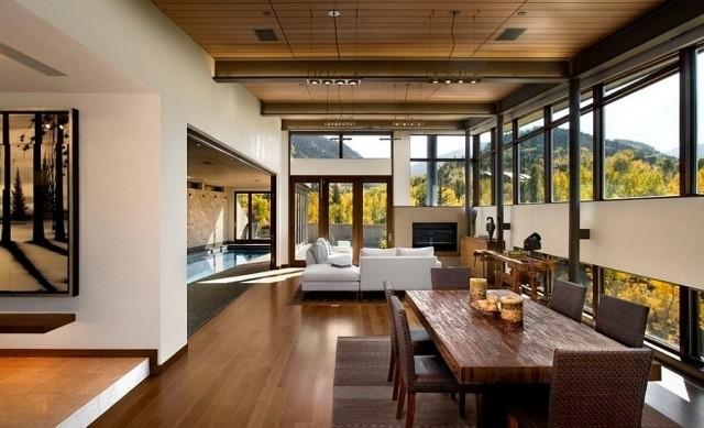 déco-salon-rustique-plafond-aspect-bois-table-bois-tapis-gris déco salon rustique