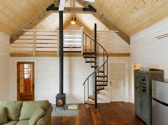 déco-salon-rustique-plafond-bois-escalier-colimaçon-commode-viellie-poêle-bois déco salon rustique