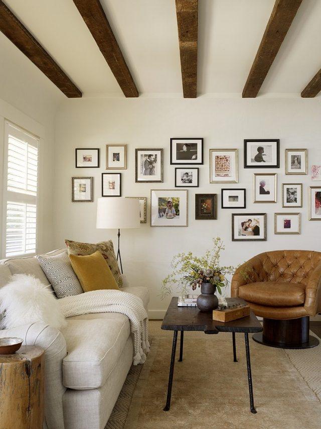 déco-salon-rustique-plafond-française-canapé-blanc-fauteuil-cuir-maron-coussins-décoratifs déco salon rustique