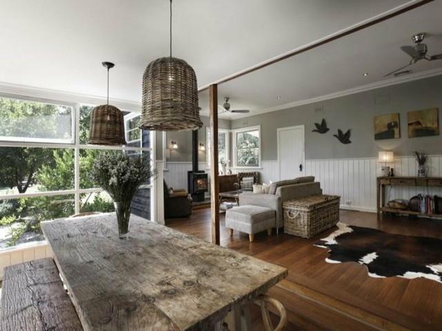 déco salon idée pas chère table en bois massif lampe suspendue résine tressée design