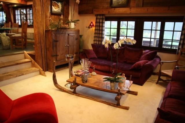 salon idée déco pas cher canapé rouge table en bois idée originale
