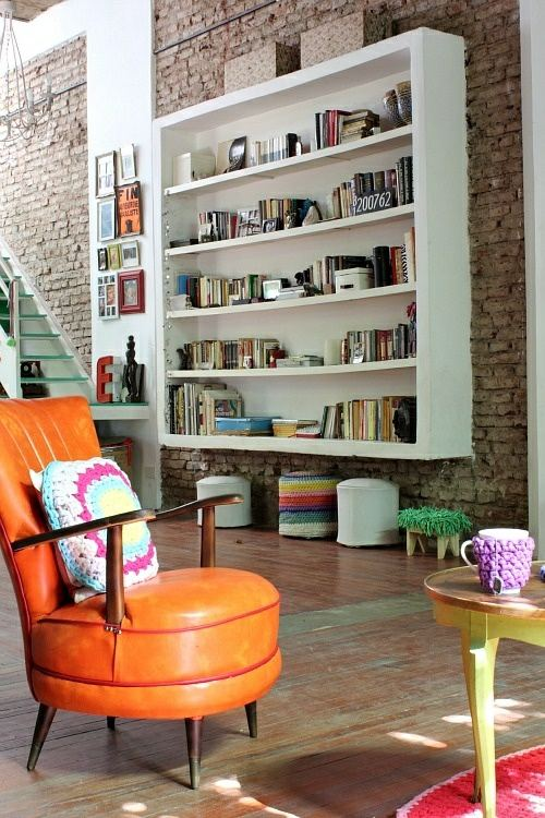 chaise orange meuble rangement livres blanc