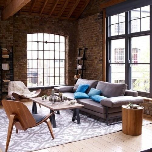meubles originals bois murs briques rouge