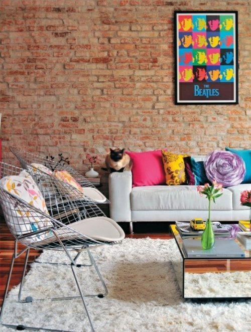 salon chic et élégant avec un mur en brique rouge