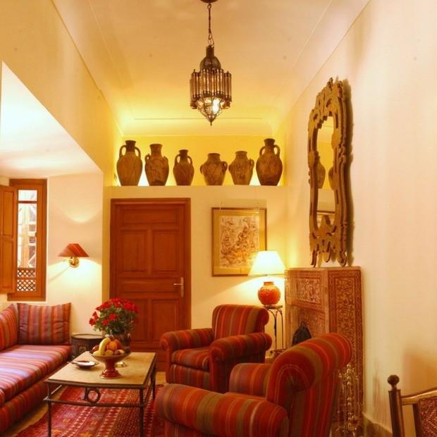 salon-couleurs-chaudes-orne-vases-marocains