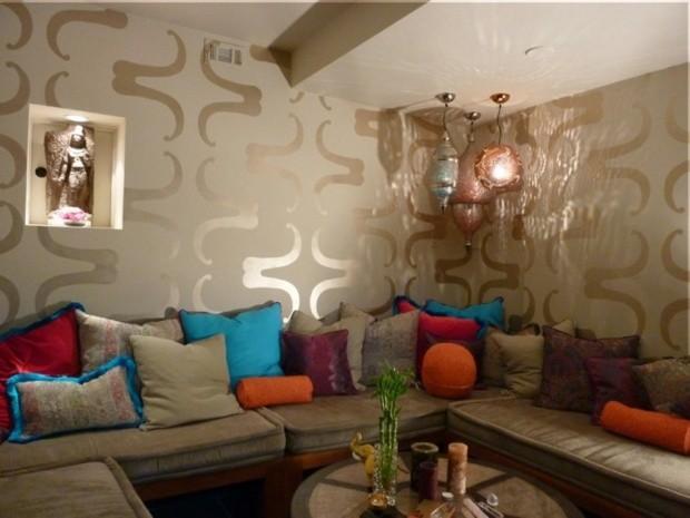salon-marocain-avec-papier-peint-motifs-coussins-colores