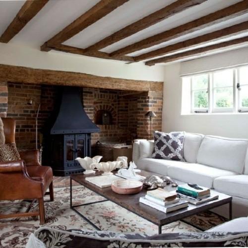 salon moderne et spacieux avec une cheminée