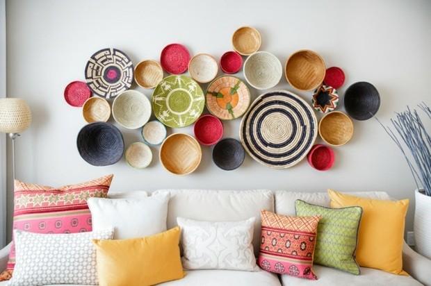salon murs ornes assiettes artistiques multicolores