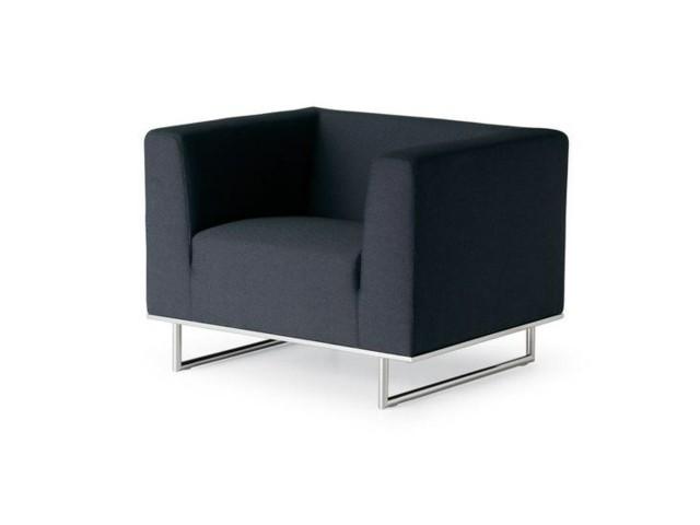 fauteuil design noir minimaliste par Fantoni